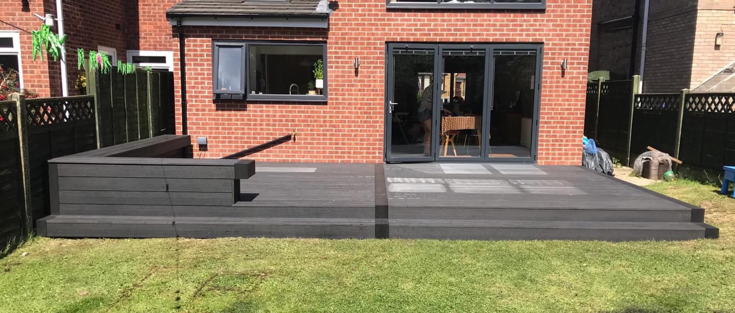 HERITAGE DARK CHARCOAL DEEP EMBOSSED COMPOSITE DECKING WITH ADDITIONAL SEATING